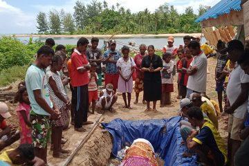 Warga Kepulauan Aru Kuburkan Paus Terdampar dengan Ritual Adat